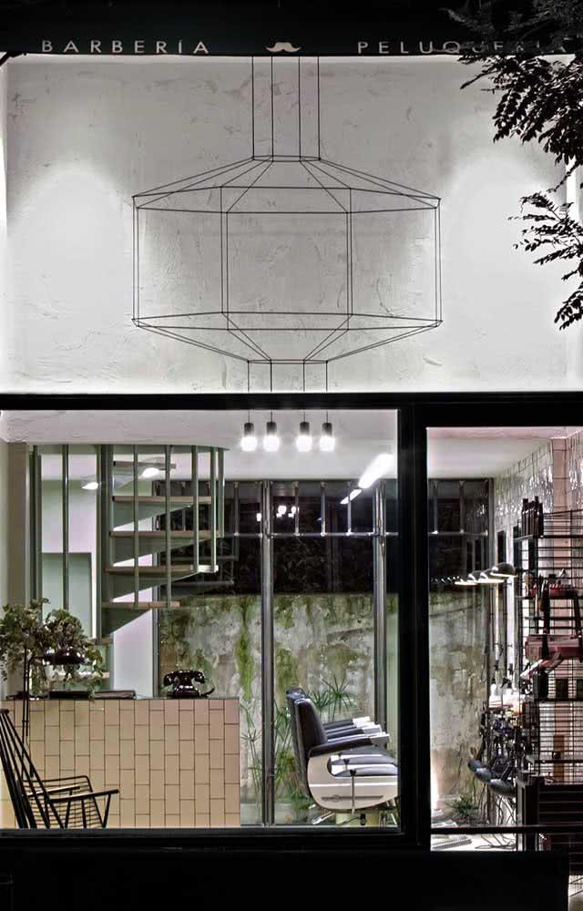 Fachada de vidro para barbearia. Os clientes podem ver toda decoração pelo lado de fora