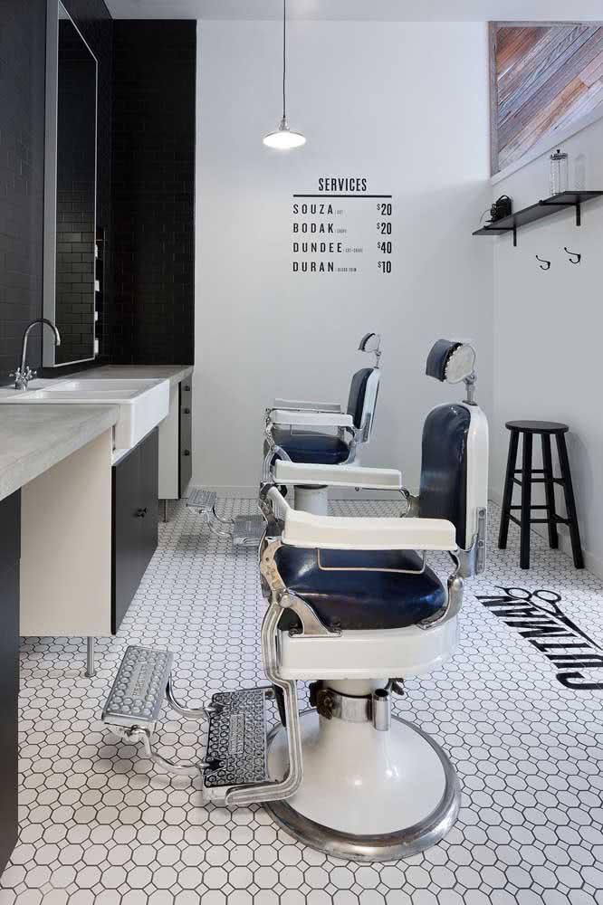 Decoração de barbearia moderna em tons claros e neutros