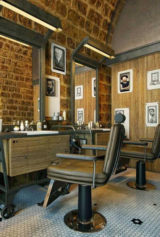 Pôsteres antigos na parede dão o clima da decoração dessa barbearia