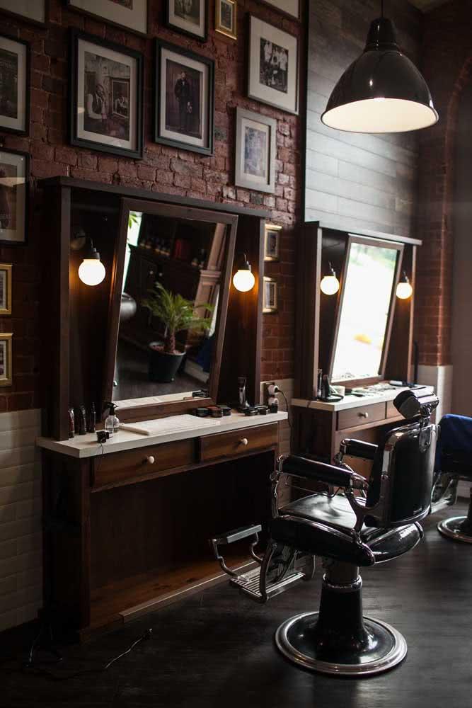Já aqui, a decoração de barbearia rústica foi a escolhida