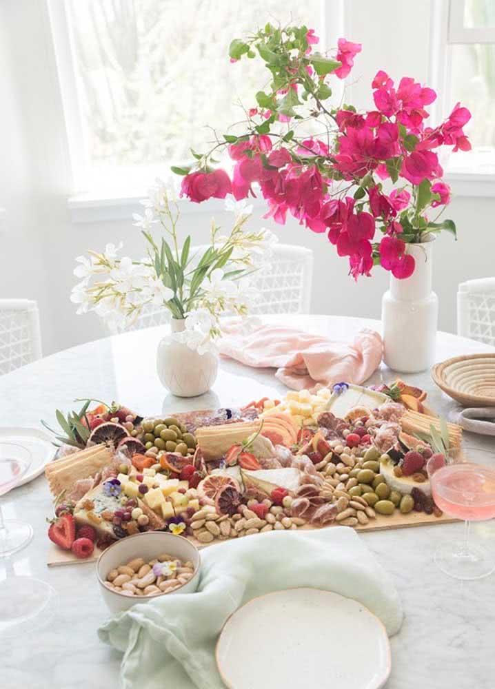 Um exemplo de mesa de frios perfeito para uma cerimônia de casamento