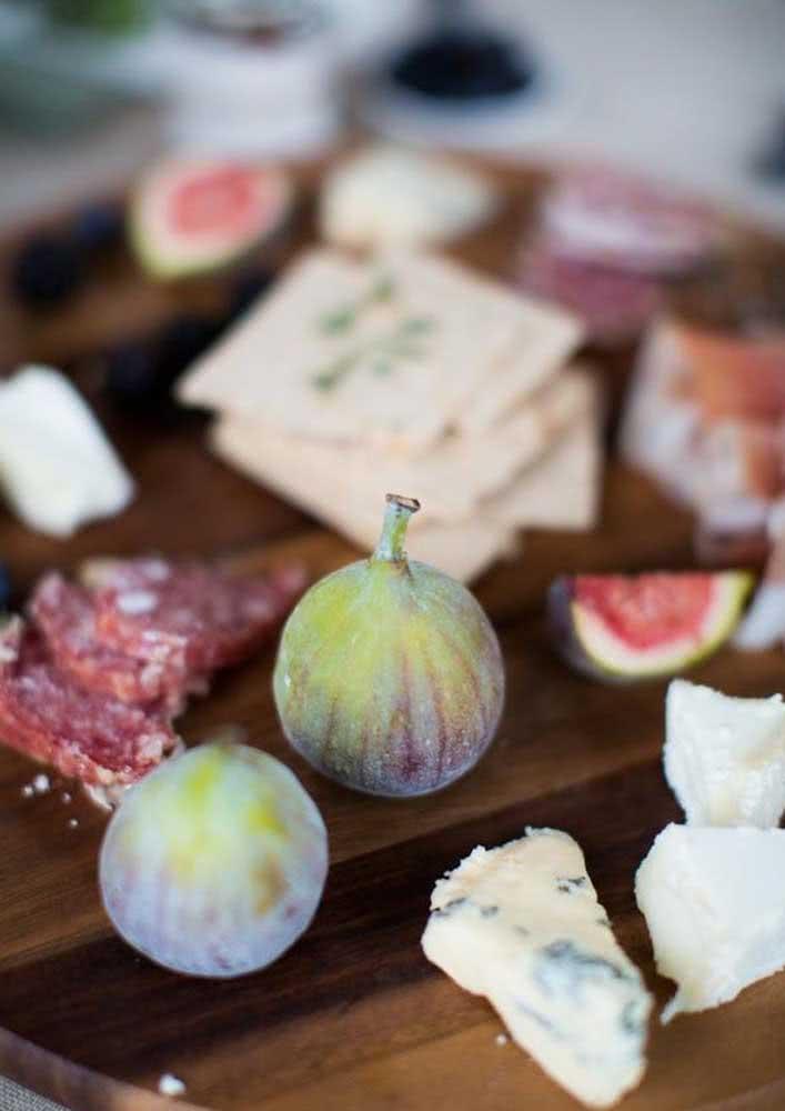 Mesa de frios nobre com combinação de queijos, cortes de frios e figo.