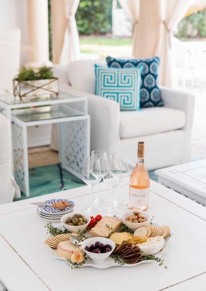 Decore a mesa de frios com ramos de alecrim para deixá-la ainda mais atraente a seus convidados.