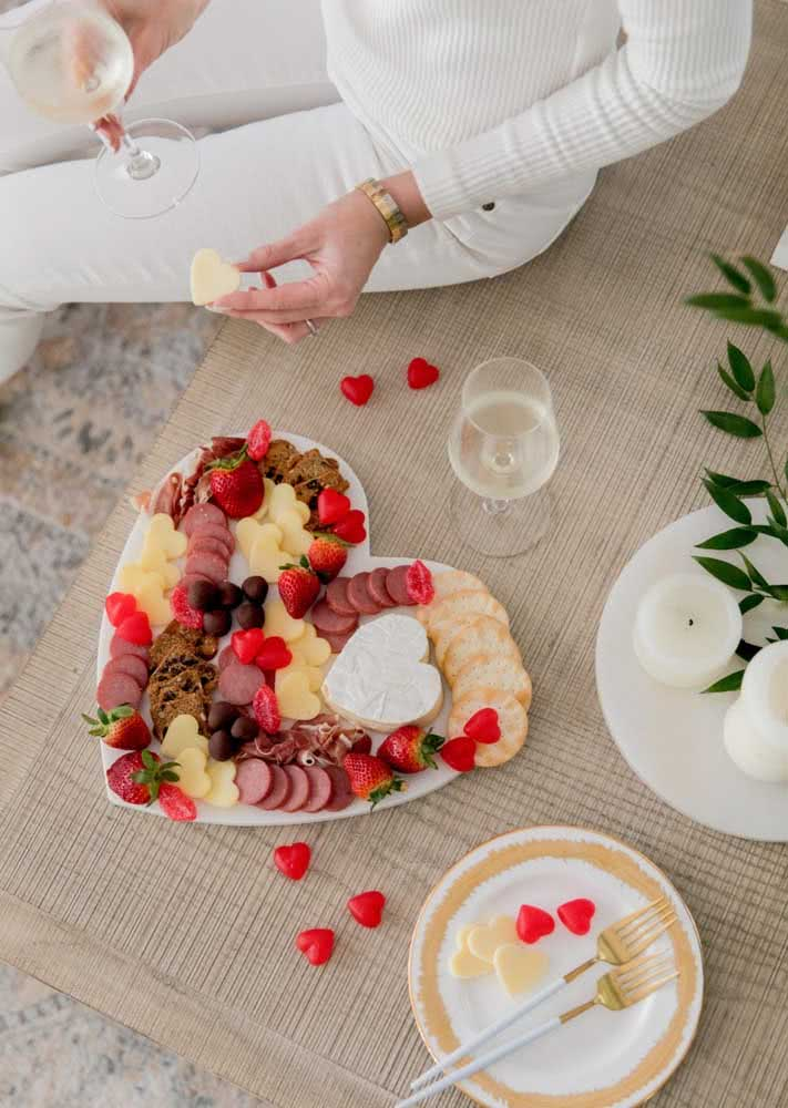 Muito amor. Que tal comemorar o Dia dos Namorados ou a data especial do casal com uma tábua de frios?