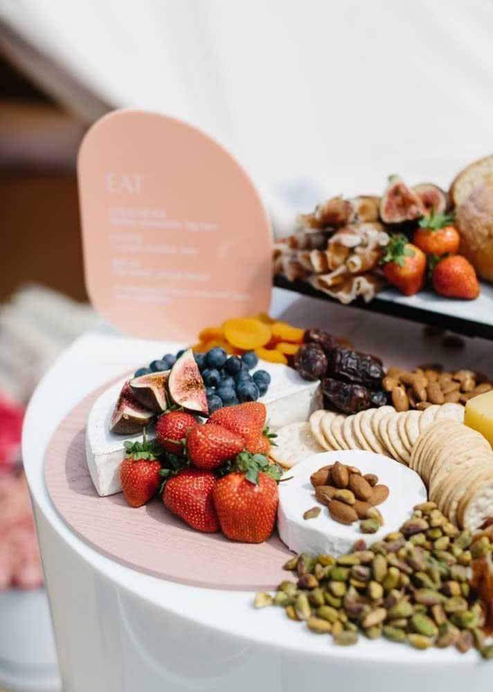Mesa de frios simples com morango, biscoito salgado, morango, mirtilo, figo, damasco e outros ingredientes.