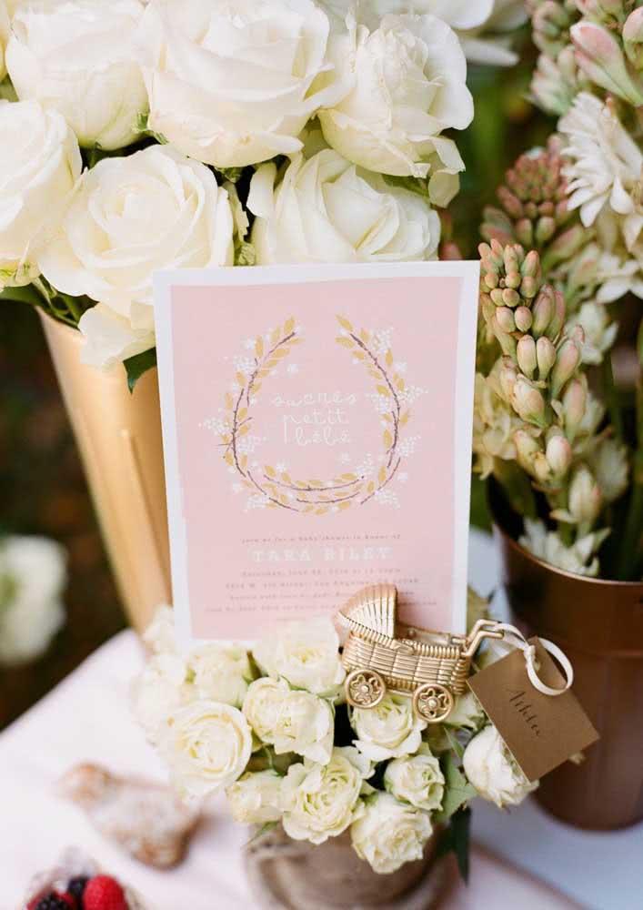 Outro exemplo de convite de chá de bebê feminino, rosa e delicado com adorno de flores.