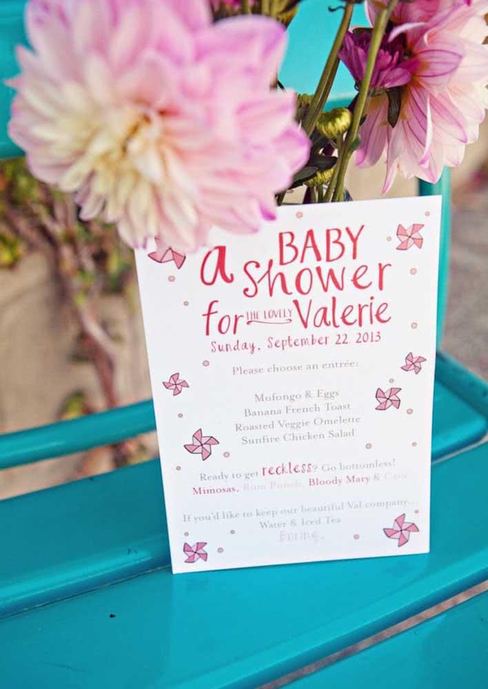 Modelo de convite de chá de bebê com cataventos na cor rosa.