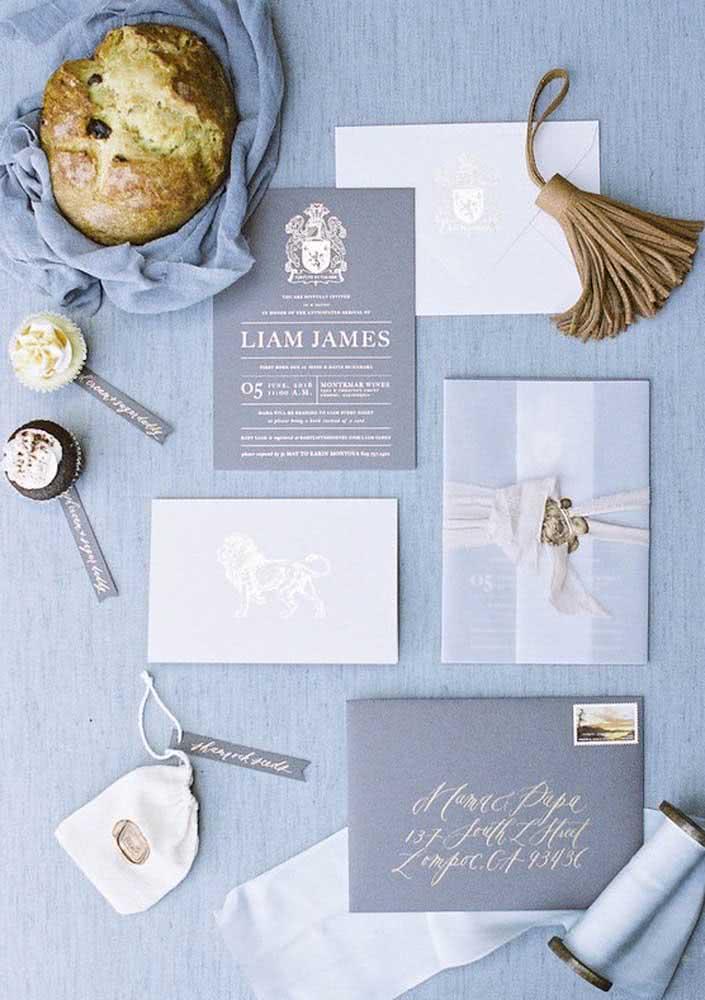 Convite formal e clássico azul escuro para menino.
