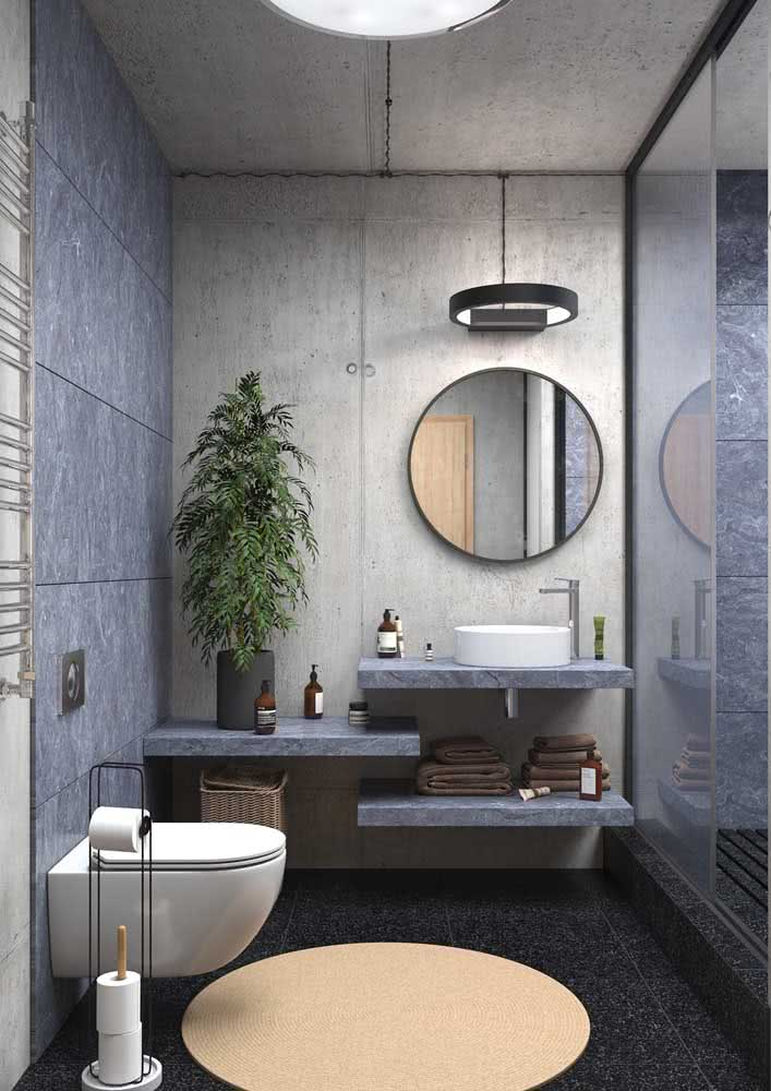 Banheiro moderno com concreto aparente nas paredes e no teto.