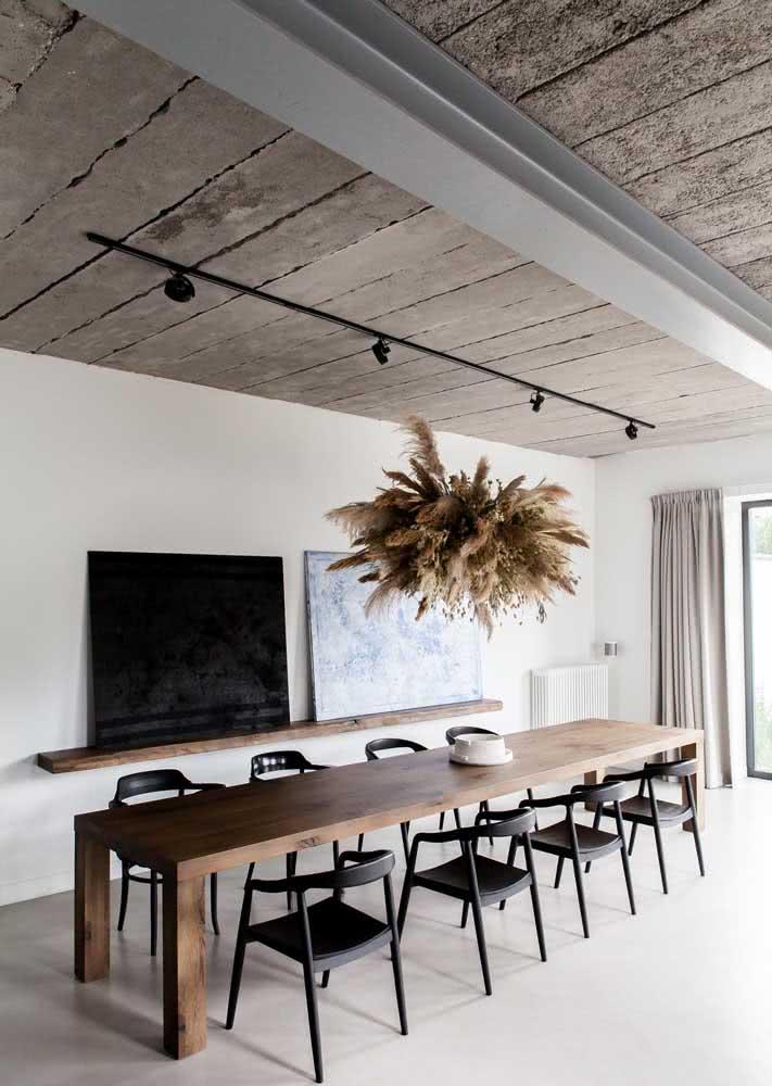 Sala de reunião com concreto aparente no teto.