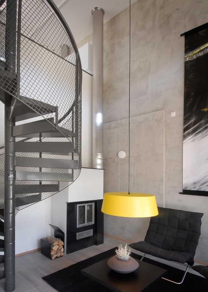 Sala de estar com parede de concreto aparente.