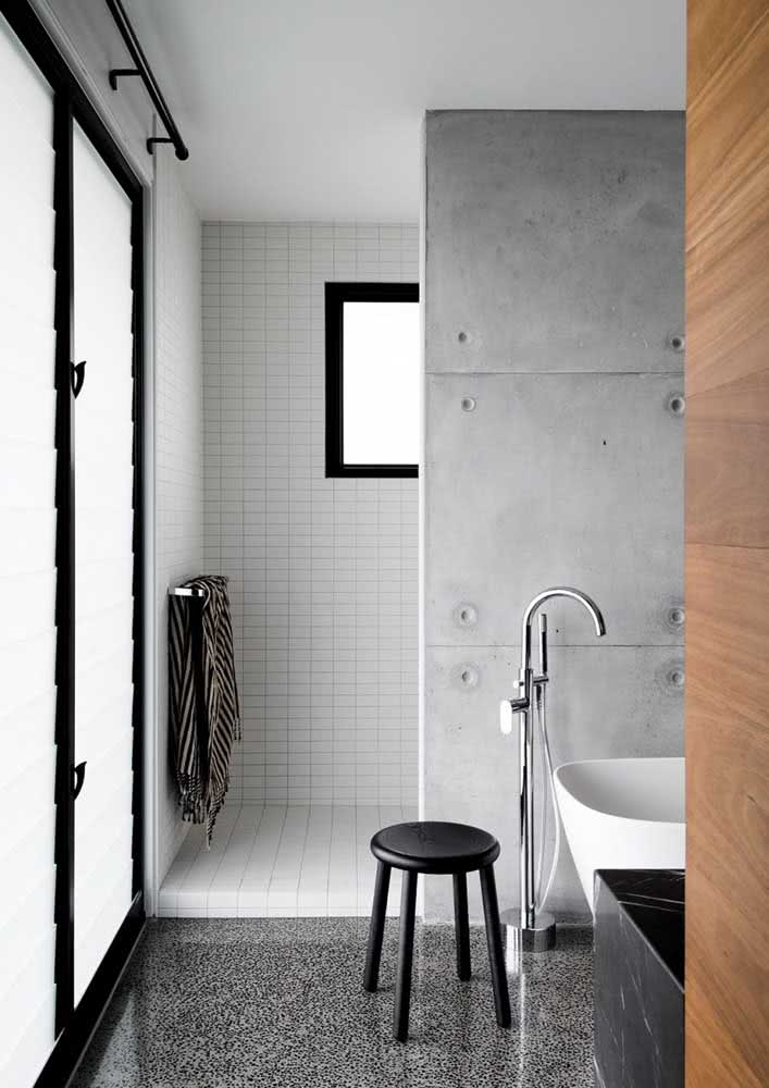 Banheiro com parede de cimento queimado / concreto aparente.