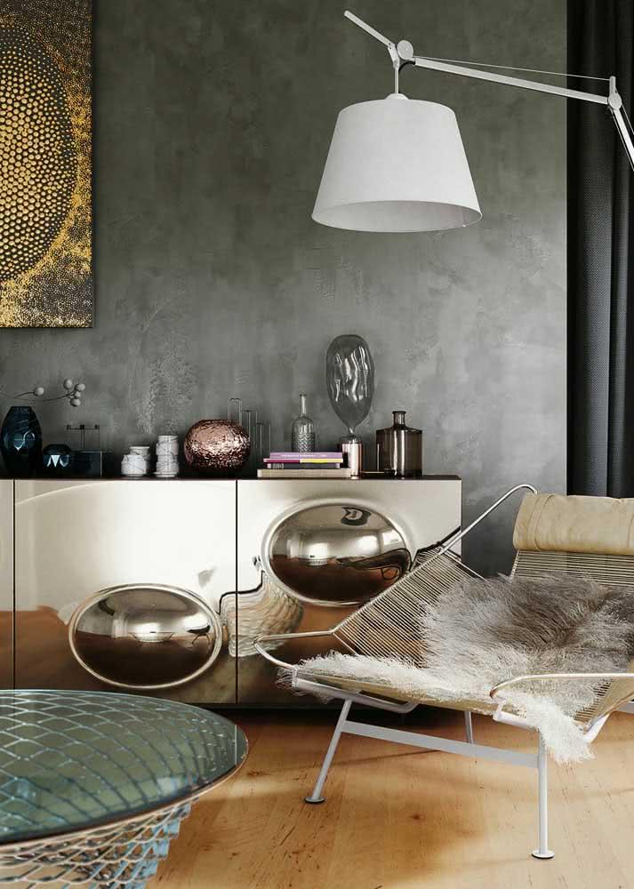 Sala de estar luxuosa com parede de cimento queimado.
