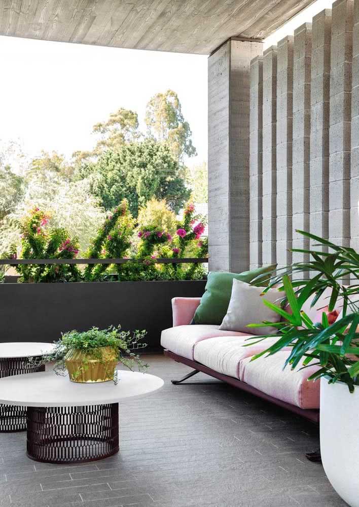 Área externa com paredes e colunas de concreto.