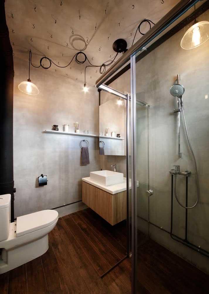 Banheiro com parede e teto de concreto.