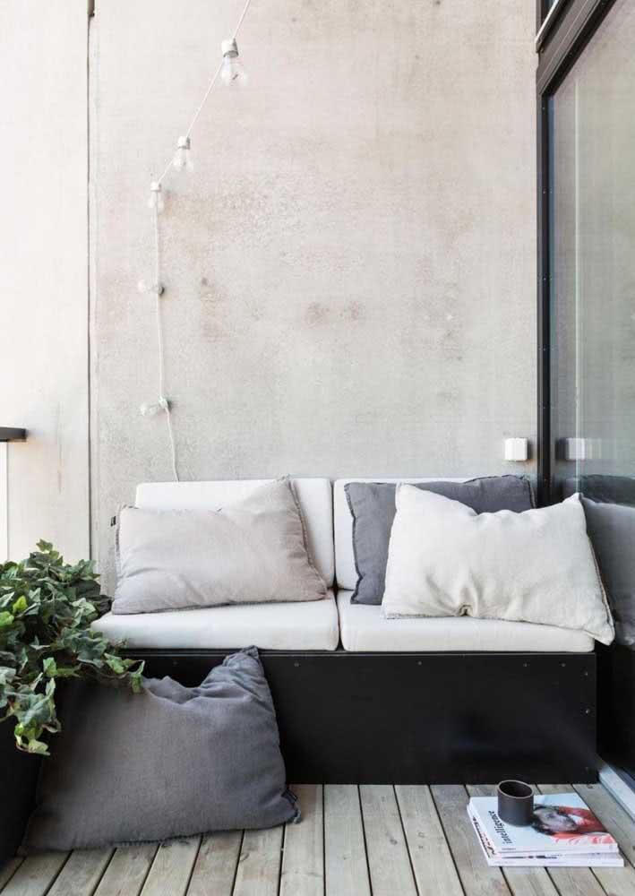 Área externa com concreto aparente.
