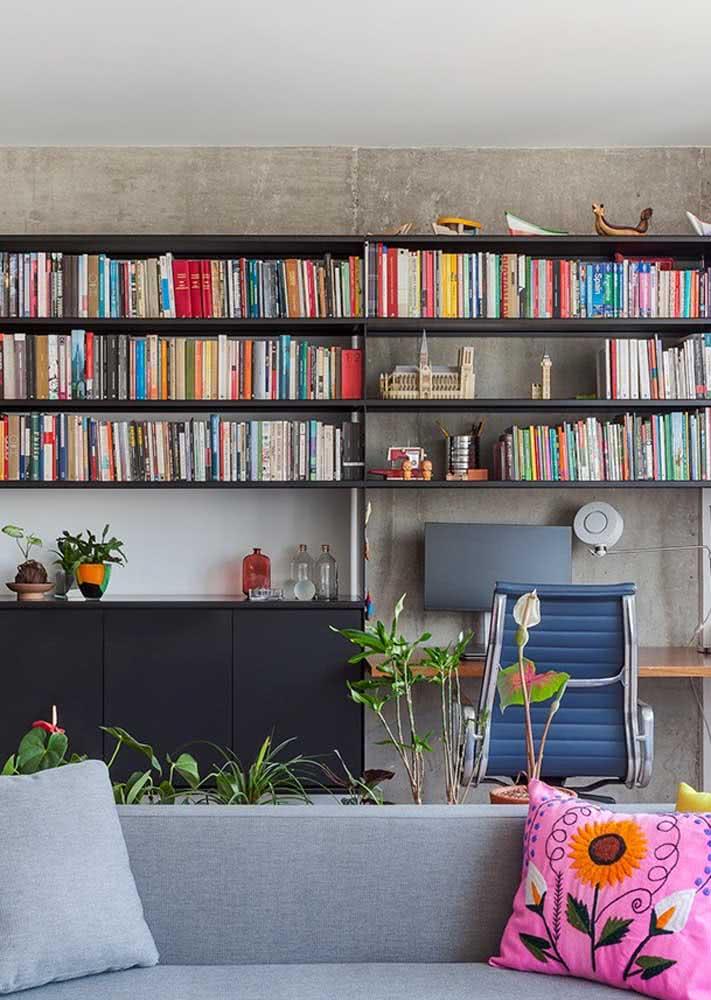 Sala de leitura com parede de concreto.