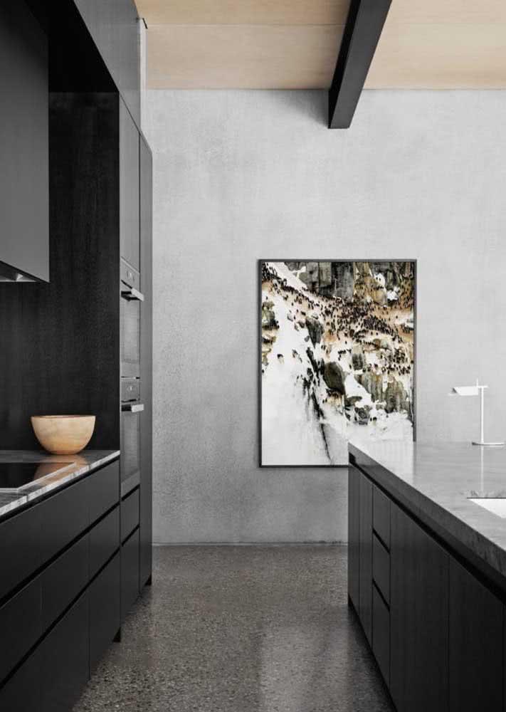 Cozinha com parede e piso de cimento queimado.