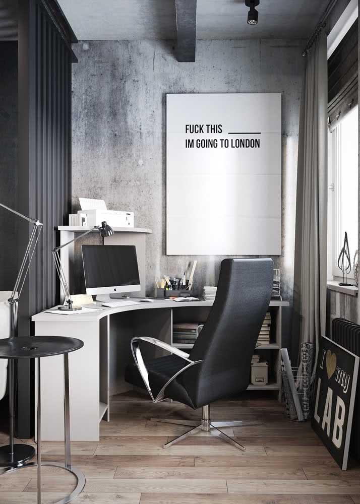 Home office com parede de concreto aparente.