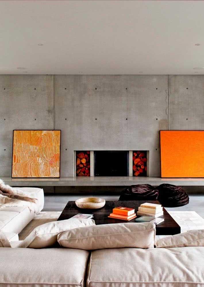 Parede de concreto aparente na sala de estar.