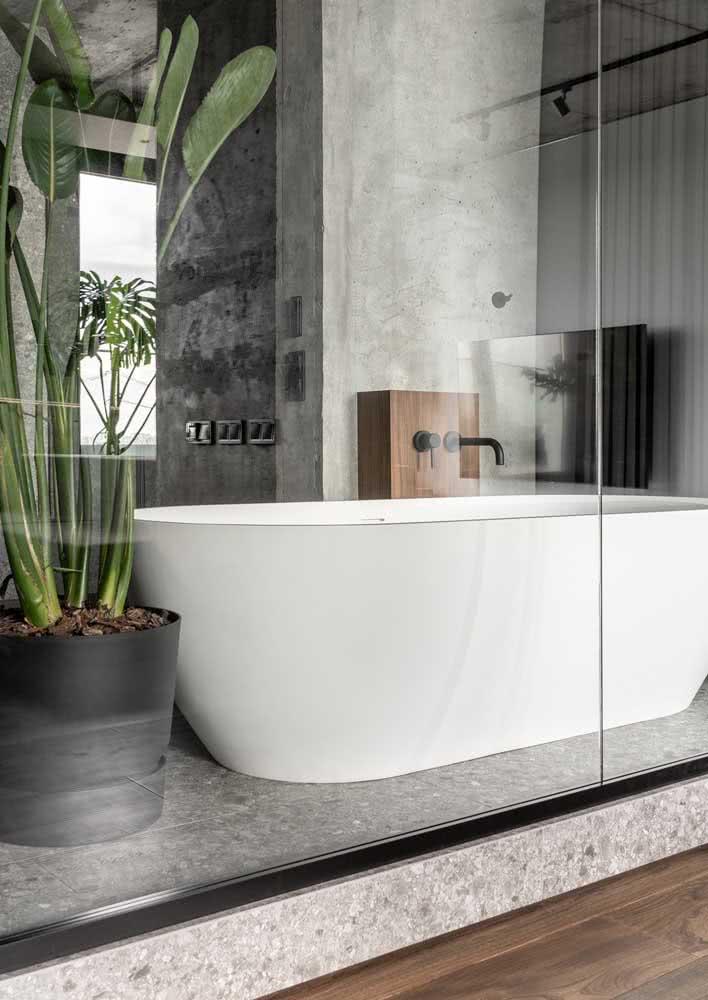 Banheiro com coluna e paredes de concreto.