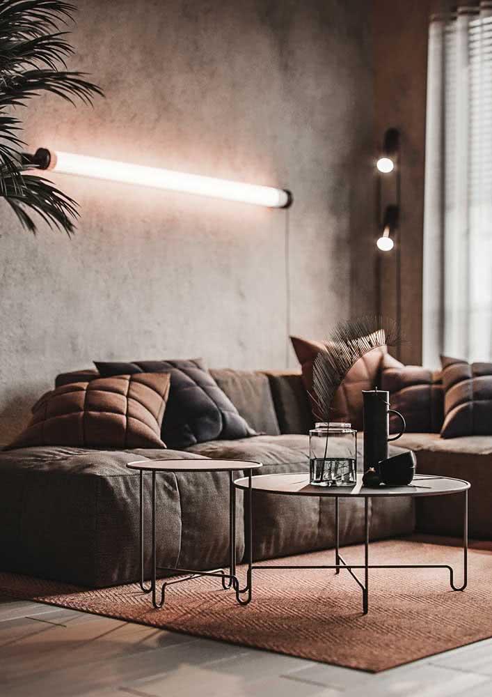 Sala de estar com parede de cimento queimado.