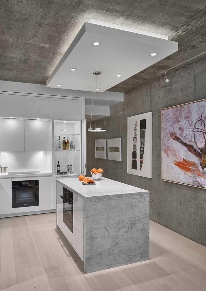 Cozinha planejada com parede e teto de concreto.