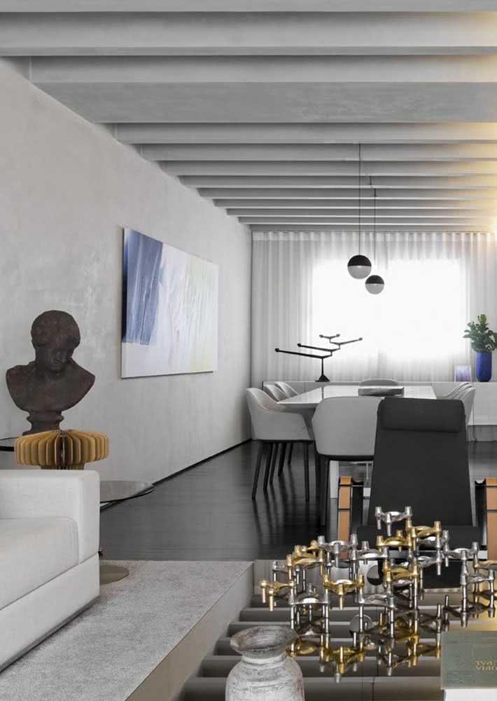 Sala de estar ampla com parede de cimento queimado.