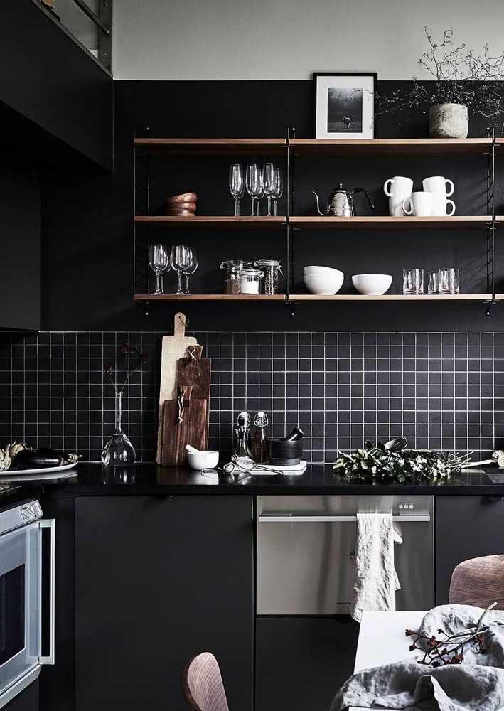 Descubra uma incrível bancada de granito preto absoluto em um projeto de cozinha com pastilhas pretas.