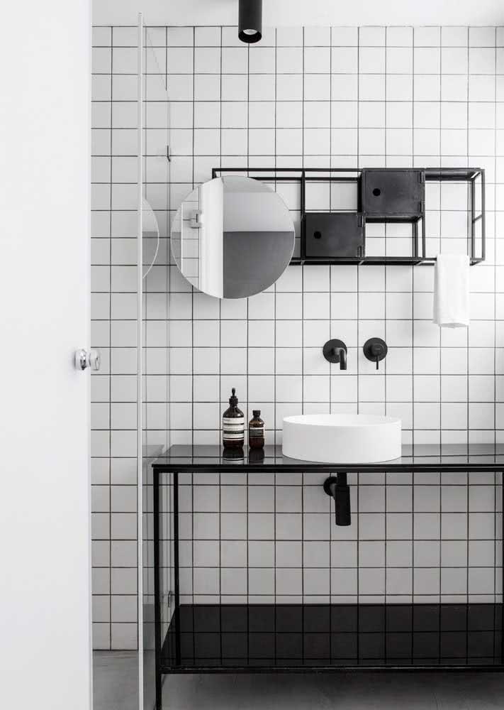 Desta vez, o granito preto absoluto foi usado como na bancada do banheiro.