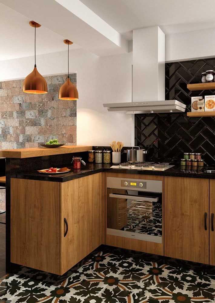 Cozinha de madeira com bancada de granito preto absoluto.