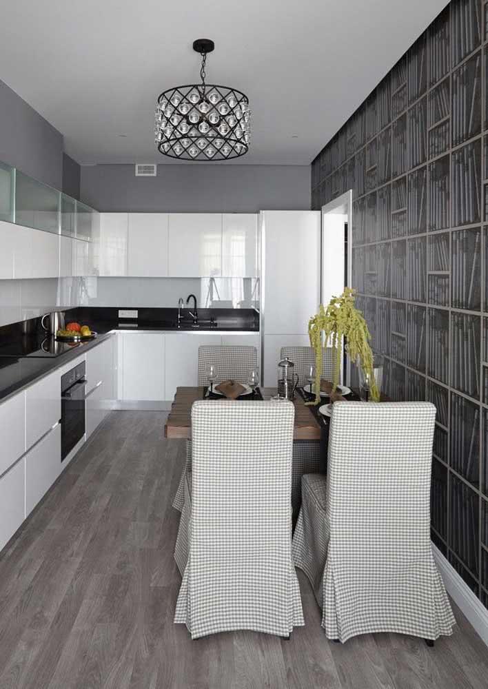 Decoração de cozinha branca com bancada de granito preto absoluto.