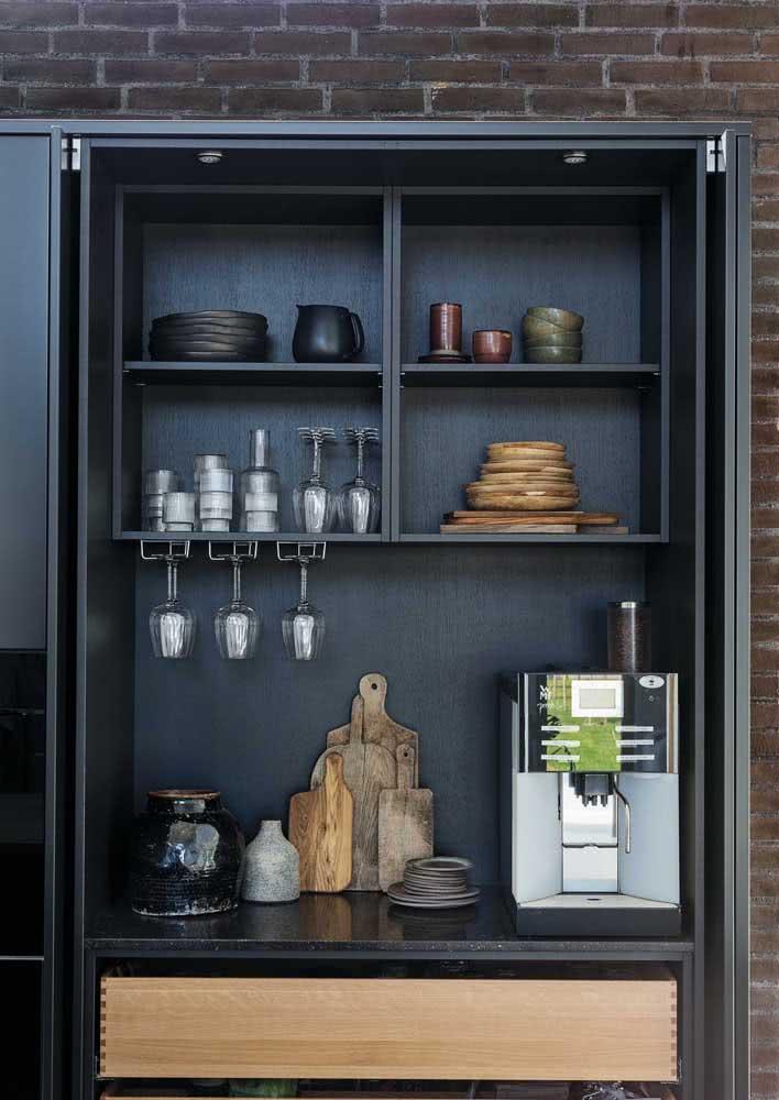 Já nesta opção, o armário de cozinha recebeu o granito preto em uma das prateleiras para abrigar o filtro de água.