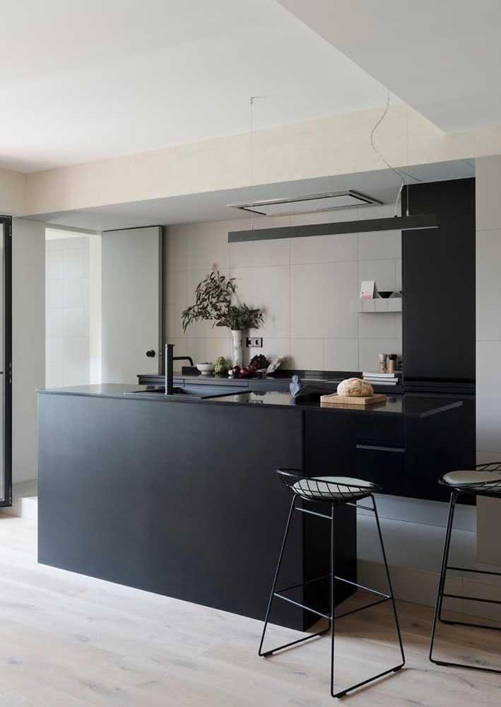 Outra incrível ideia de bancada de granito preto absoluto na ilha central da cozinha