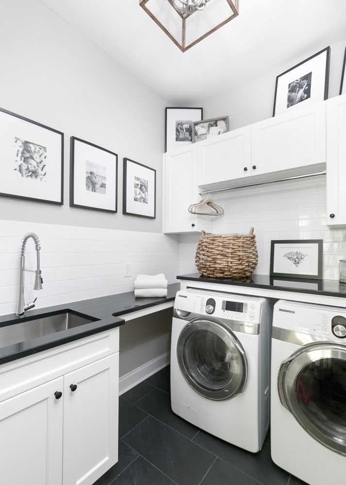 Já esta área de serviço recebe um a bancada de granito preto absoluto na pia e acima das máquinas de lavar.
