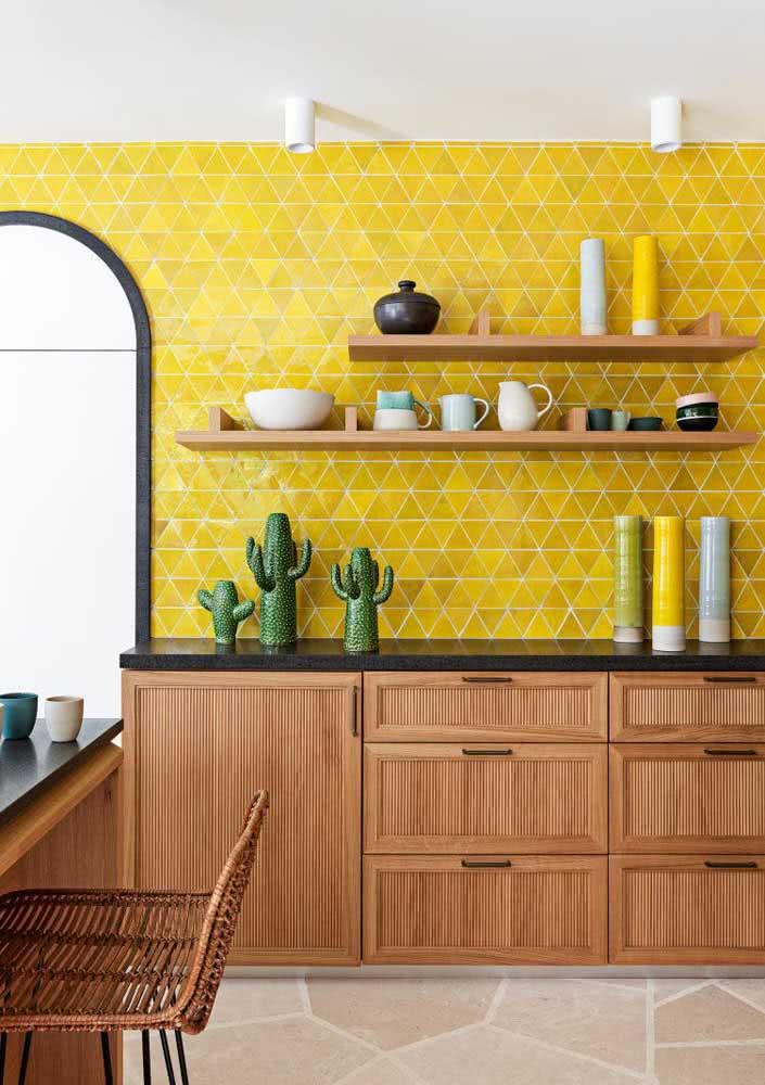 Já esta cozinha colorida também recebe o material. Afinal, ele combina com qualquer cor!