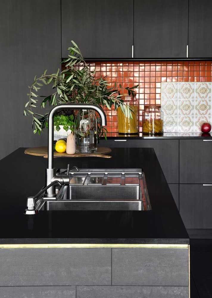 Decoração de cozinha preta com bancada de granito preto.