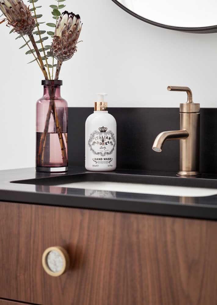 Bancada de banheiro simples com granito preto absoluto.