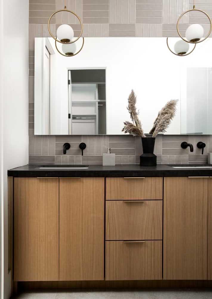 Outro exemplo de banheiro com bancada de granito preto absoluto.