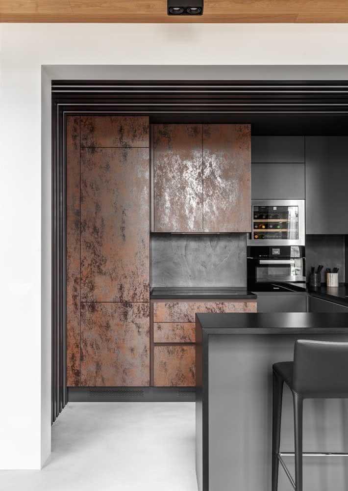 Projeto de cozinha moderna preta e marrom metálico com granito preto absoluto.