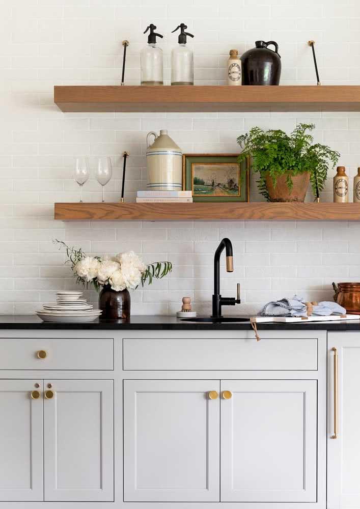 Pia de cozinha charmosa com bancada de granito preto.
