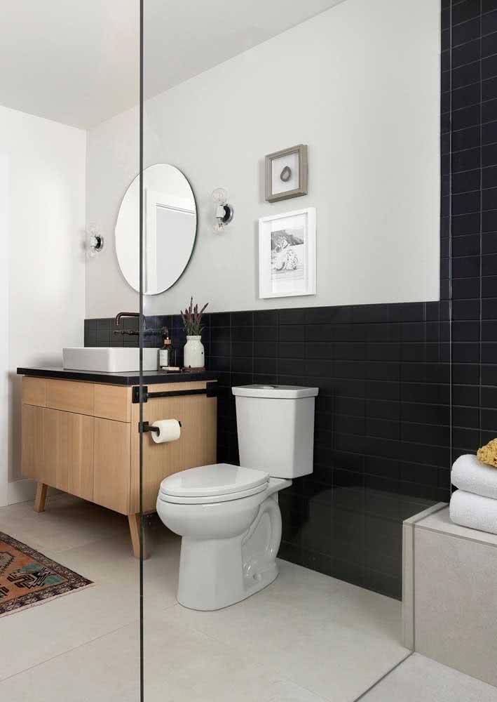 Banheiro minimalista recebe a pedra nesta bancada com cuba de apoio.