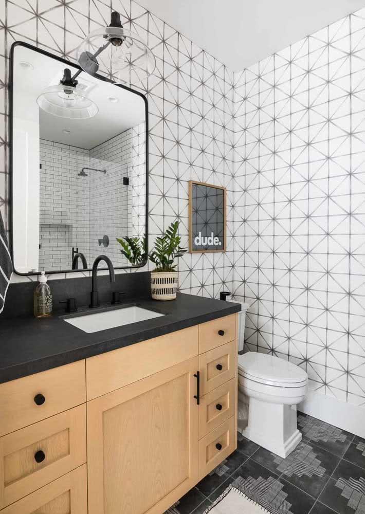 Modelo de banheiro branco com armários e tempo de granito preto.