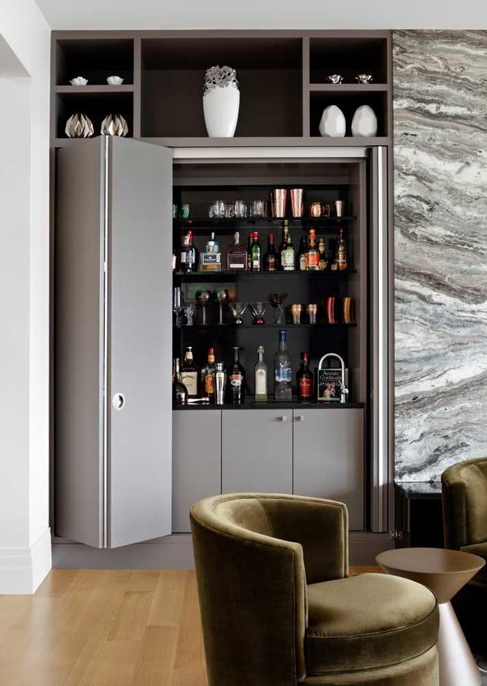 Mini bar abrigado dentro de portas de correr com tempo de granito preto.