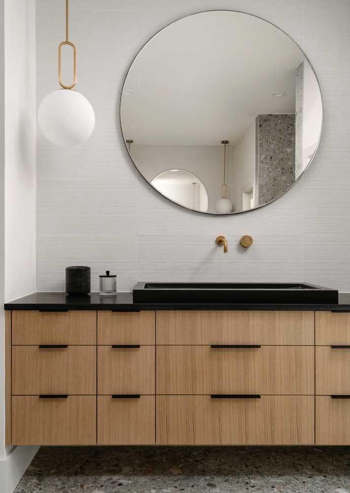 Neste projeto de banheiro, o tempo de granito preto absoluto foi a escolha para estes armários de madeira.