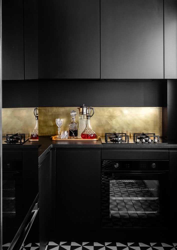 Exemplo de cozinha preta com bancada de granito preto absoluto.