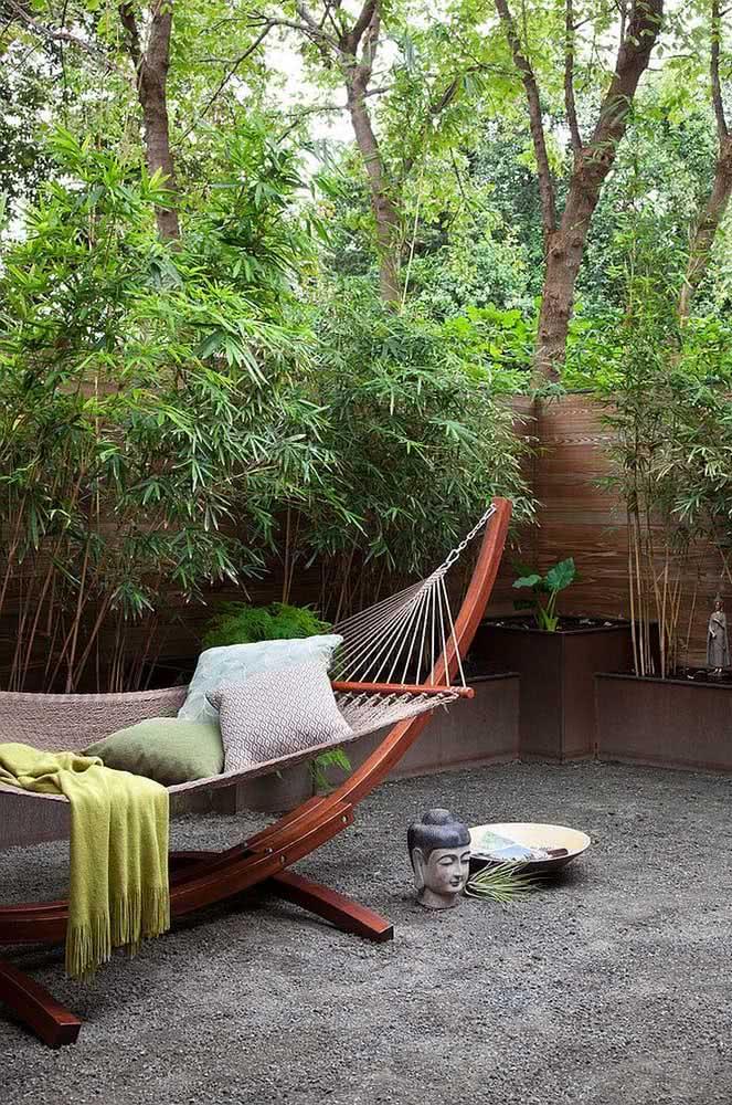 Jardim zen com canteiros específicos para as plantas e pedras no piso.