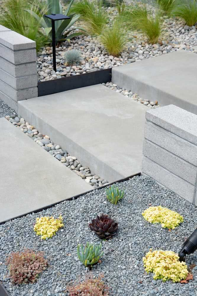 Outra opção é combinar pedras maiores e pedras menores na elaboração do desenho do seu jardim.