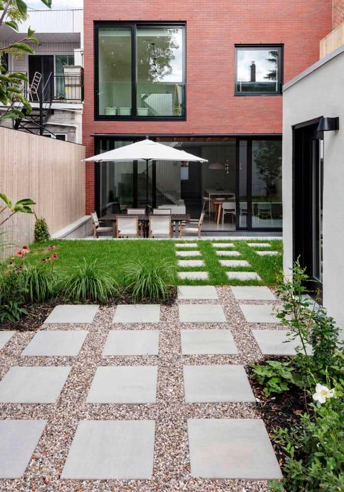 Veja que interessante: este jardim utiliza a grama em metade do espaço e a pedra.