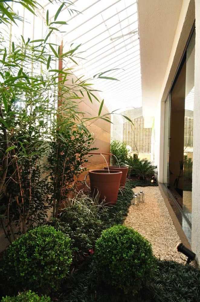 Jardim de inverno na lateral da residência: outra boa ideia é usar cantinhos que não tem uma função específica para montar o seu jardim com pedras.